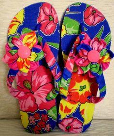 4bfd2915fa Havaianas TOP cor azul royal. Solado encapado com tecido chitão estampado e  impermeabilizado. Correia encapada com o mesmo tecido do solado. R  45