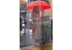 Apesar de estar classificado como invenção inútil, este guarda chuva com capa protetora até o pé poderia servir para os dias chuvosos de São Paulo