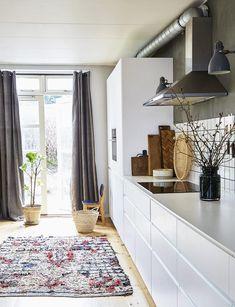 Hvidt køkken med hyggelige elementer Scandinavian Interior, Apartment Design, Kitchen Styling, Kitchen Interior, Ikea Hack, Decoration, Cool Kitchens, Interior Inspiration, Hygge
