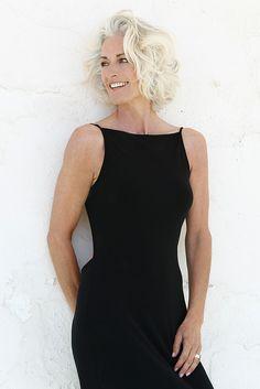 SILVER - Agence - SIMONE J Taille 176 Poitrine 90 Taille 63 Hanches 92 Veste 38 Pantalon 38 Pointure 40 Cheveux blonds Yeux bleus