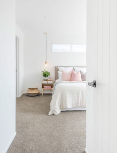 14 Fabulous Rustic Chic Bedroom Design and Decor Ideas to Make Your Space Special - The Trending House Scandinavian Style Home, Scandi Home, Warm Home Decor, Scandi Style, Scandi Bedroom, Rustic Bedroom Design, Bedroom Decor, Monochrome Bedroom, Bedding Decor