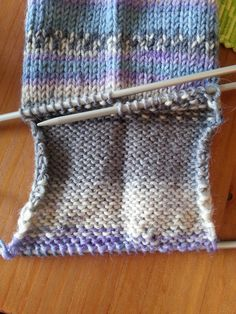 Let your fingers do the walking: Sokker, helt enkelt! Let your fingers do the walking: Sokker, helt enkelt! Sweater Knitting Patterns, Knitting Charts, Loom Knitting, Knitting Socks, Knitting Needles, Free Knitting, Baby Knitting, Knit Socks, Er 5