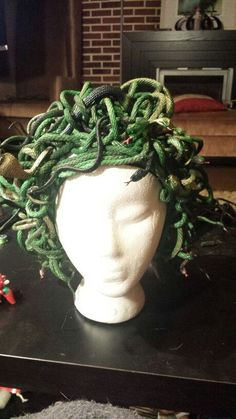 Medusa wig, halloween costume though I can see me making this into a static ghoul! Medusa Halloween, Halloween Inspo, Halloween Kostüm, Halloween Cosplay, Holidays Halloween, Halloween Decorations, Villain Costumes, Up Costumes, Costume Ideas