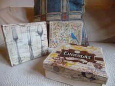 """.: Cajas """"chocolat"""", cubiertos y pájaros."""