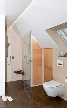 Bodenebene Dusche Mit Fliesen In Marmoroptik, Glastür Und Kleiner Sitzbank