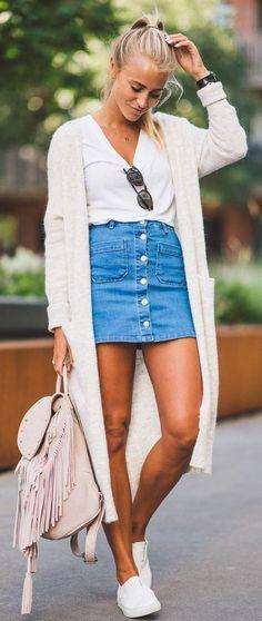 Blusa branca, maxi suéter, saia de botões, bolsa com franginhas, tênis branco