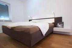 Eine spezielle Verbindung hält dieses Moderne Bett zusammen. Leselampen befinden sich am Kopfhaupt. Bed, Furniture, Home Decor, Waterbed, Carpentry, Mattress, Bedroom, House, Decoration Home