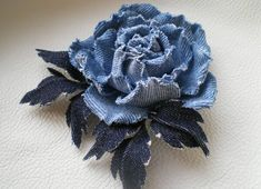 Flowers from old jeans / Master Craftsman, yes Master in All Hands / Kanzashi flowers Material Flowers, Fabric Flowers, Paper Flowers, Denim Flowers, Leather Flowers, Denim And Lace, Handmade Flowers, Handmade Crafts, Felt Flowers Patterns