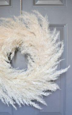 Pampas Grass DIY Wreath for Fall decor diy wedding Pampas Grass Wreath - An Easy DIY for Fall · A Plentiful Life Fall Wreaths, Door Wreaths, Christmas Wreaths, Xmas, White Wreath, Diy Wreath, Porta Diy, Couronne Diy, Corona Floral