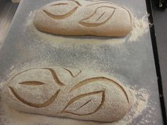 beautiful bread scoring Dust dough with flour or semolina before scoring to accentuate patterns, score just before placing in oven to cook. Bread Bun, Yeast Bread, Sourdough Bread, Bread Rolls, Sourdough Recipes, Bread Recipes, Pizza Pastry, Bread Shaping, Popcorn Recipes