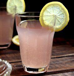 Rabarbarowa lemoniada wspaniale gasi pragnienie w ciepły dzień – zabierz na działkę, na piknik lub grilla :)