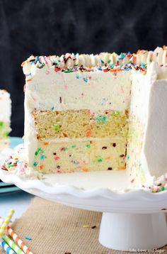 Moist and Fluffy Vanilla Cupcakes Funfetti Millionaire Cake - A layer of Funfetti cheesecake, Funfetti cake, and Funfetti mousse!Funfetti Millionaire Cake - A layer of Funfetti cheesecake, Funfetti cake, and Funfetti mousse! Beaux Desserts, Just Desserts, Delicious Desserts, Dessert Recipes, Yummy Food, Tasty, French Desserts, Oreo Desserts, Birthday Desserts