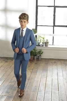 Ozzy wearing this sleek light and ultra slim fitting Ford suit. A true representation of craftmanship. In other words if you want to look cool at a formal party . Kids Wedding Suits, Wedding Outfit For Boys, Blue Suit Wedding, Toddler Suit Wedding, Toddler Suits, Kids Suits, Little Boys Suits, Communion Suits For Boys, Boys First Communion Outfit