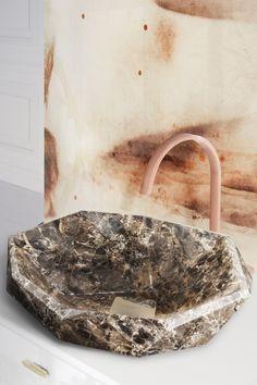Lavorata a mano in marmo Emperador, il lavabo Diamond Vessel della collezione ATO di Maison Valentina è il pezzo perfetto se vuoi che il tuo bagno si distingua.