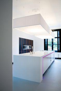 Mooi met die roze verlichting.  Alles over werkbladen   Compleet Keukens