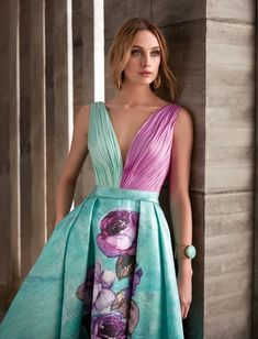 Long floaty dress with pleated skirt in printed mikado, is cut at the waist decorated with a cincture of the same fabric. The body is draped in silk gauze combining the colors with the same tone of the printed of the skirt. The Back has a wide neckline. Night Gown Dress, Floaty Dress, The Dress, Party Dress, Pleated Skirt, Elegant Dresses, Pretty Dresses, Beautiful Dresses, Formal Dresses