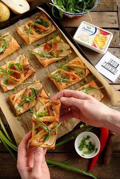 Wytrawne mini tarty z łososiem, gruszką i serkiem Apetina Recipe Boards, Group Meals, Love Food, Healthy Recipes, Healthy Food, Food And Drink, Menu, Bread, Snacks
