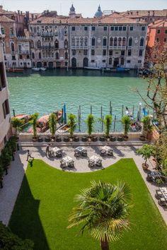 Il Garden terrace dell'Aman Resort sul Canal Grande, uno dei pochi giardini privati di Venezia