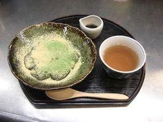 きな粉&抹茶がたっぷりかかった、夏にピッタリの甘味です。ご注文を承ってからお作りいたします。わらび餅¥650-/野田屋茶店 TEL:076-221-0982/TATEMACHI SUMMER COLLECTION 2013
