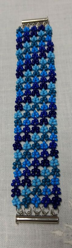 Bracelet in blue, seed beads from Preciosa Ornela, using Hubble stitch from Melanie de Miguel. From @misabijoux, Piracicaba, Brazil.