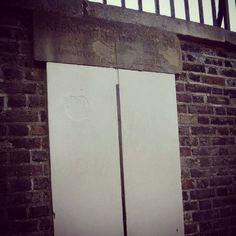 No dia de hoje em 1884 ficou definido que o meridiano com base no Observatório Real de Greenwich em Londres seria o meridiano oficial que dividiria o globo terrestre em leste e oeste. Isso foi acordado por meio de uma conferência internacional em Washington nos EUA. Esse fato foi importante porque o mesmo serviu de referência para calcular distâncias em longitudes e estabelecer os fusos horários. Aqui temos uma parte do Meridiano de Greenwich... #viajarcorrendo #greenwich #londres #london…