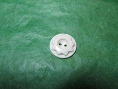 """(1) 3/4"""" 9-POINT FLORAL DECOR COLT WHITE PLASTIC 2-HOLE BUTTON-VINTAGE Lot#NL961"""