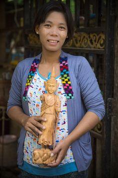 Daw Yu Yu Htwe heeft haar eigen houtsnijwerkbedrijf in Myanmar. Dankzij leningen van Dawn Microfinance kan zij haar bedrijf, waar 15 mensen werken, verder uitbreiden. https://dekleurvangeld.nl/zes-vragen-impact/
