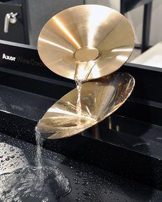 Wo Ideen munter fließen - Eine Basis, fünf Wasser-Träume: Wie die Architekten und Designer David Adjaye, Jean-Marie Massaud, GamFratesi, Werner Aisslinger und Front für Axor die Armatur neu denken.