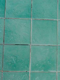 Lästig! Man schrubbt und schrubbt und die Fugen zwischen den Badezimmerfliesen werden trotzdem nicht weiß. Ein einfaches Hausmittel schafft Abhilfe.