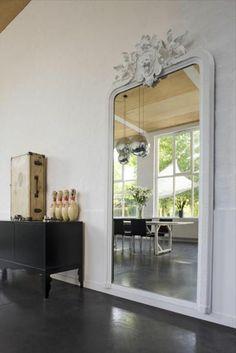 miroir mural grande taille,accents du sport dans une chambre claire
