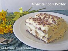 Deliziosi wafer al cioccolato inzuppati nel caffèlatte per formare un goloso Tiramisù con wafer, una tentazione assolutamente irresistibile