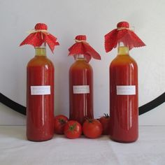 Paradicsomlé készítése - egyszerű módszerrel - Háztartás Ma Hot Sauce Bottles, Preserves, Food, Decor, Preserve, Decoration, Essen, Preserving Food, Meals