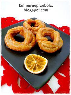 Pączki hiszpańskie, wiedeńskie, gniazdka, ciastka parzone, wianuszki – zwał jak zwał – najważniejsze, że są smaczne i poprawiają nastrój nie tylko w Tłusty Czwartek! Gniazdka kocham bardziej niż tradycyjne pączki, a Wy? :) Składniki Składniki na ciasto parzone: mąka pszenna tortowa 200g masło 100g jajka 4 cukier waniliowy 1 op. sól szczypta woda 1 szklanka […] Onion Rings, Ethnic Recipes, Food, Bakken, Essen, Meals, Yemek, Onion Strings, Eten