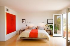 quarto de solteiro simples masculino com vermelho em destaque e chao livre