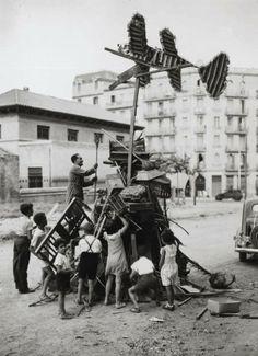"""Barcelona, 23 de juny de 1935.""""Preparant la foguera de Sant Joan"""". AFB. Pérez de Rozas."""