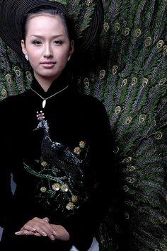 Áo dài quý bà - CM365 / Peacock, the symbol of powerful people in old Vietnamese, just like dragon or phoenix :) / http://aodaihoanguyen.com/ao-dai/ao-dai-quy-ba/chi-tiet/3230-ao-dai-quy-ba-cm365#.UGLOQaMjGqk
