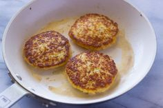 These cauliflower cheddar fritters are packed full of vitamins and are delicious.Ever since I began making Cauliflower Patties, Cauliflower Fritters, Cauliflower Rice, Cauliflower Tortillas, Corn Fritters, Vegetable Dishes, Vegetable Recipes, Vegetarian Recipes, Low Carb Recipes