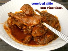 Conejo al ajillo con vino tinto. Spanish Food, Omelette, Flan, Diy Crafts To Sell, Mexican Food Recipes, Bacon, Pork, Beef, Things To Sell