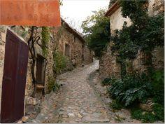 Rua da antiga vila medieval, com construções e ruas de pedras, a vila de Castelnou, no departamento dos Pirineus Orientais, região de Languedoc-Roussillon, França. Fotografia: www.castelnou.com