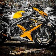 IG: Pedalo perché è lì che ottengo le mie migliori idee. Suzuki Motorcycle, Moto Bike, Motorcycle Art, Gsxr 750, Bmw R25, Bike Drift, Custom Sport Bikes, Baby Bike, Speed Bike