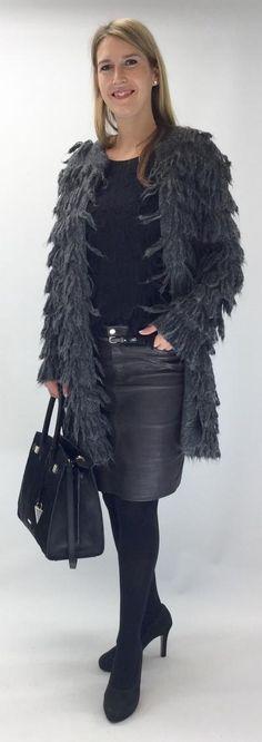 Lässiger Fransenmantel -  Angesagter Mantel aus einer Materialmischung mit Schurwolle und hohem Alpaka-Anteil. Der Mantel mit Fransen kann vorne mit kleinen Häkchen geschlossen werden. Das Modell mit entspannter Silhouette passt perfekt zu 70er-Jahre-Stylings! Mantel, Fur Coat, Silhouette, Jackets, Fashion, Fringes, Model, Clothing, Women's