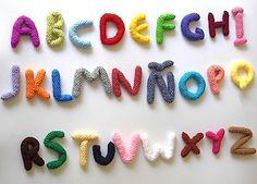 Amigurumi alphabet - pattern in Spanish Crochet Alphabet Letters, Crochet Letters Pattern, Letter Patterns, Love Crochet, Learn To Crochet, Easy Crochet, Crochet Needles, Crochet Yarn, Simply Knitting