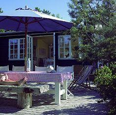 Keltainen talo rannalla: Rauhaisaa kesätunnelmaa