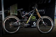 The new Scott Gambler appears to have a single-pivot, linkage-driven suspension design.