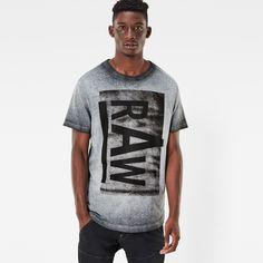 デイリーに着まわすTシャツに加えたい、ざらついた質感のシャツ。まだら仕上げの生地に重なり合った大きなグラフィックの組み合わせがのんびりした雰囲気を醸し出しています。わずかにゆったりめのフィットで、デニムと合わせるとパーフェクトなリラックスシルエットになります。