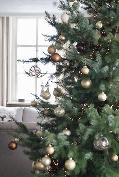 Silver Christmas Decorations, Cosy Christmas, Christmas Tree Design, Gold Christmas Tree, Christmas Themes, Holiday Decor, Jingle Bell, Pottery Barn Christmas, Christmas Interiors