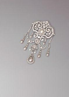 Cartier, fin XIXe-début XXe siècle, devant de corsage en or et platine serti de diamants taille ancienne et ponctué de perles fines, poids 79,04 g, 14 x 7,7 cm. Frais compris : 152 152 €. Mardi 19 mai, salle 13 - Drouot-Richelieu. Me Lasseron. M. Flandrin.