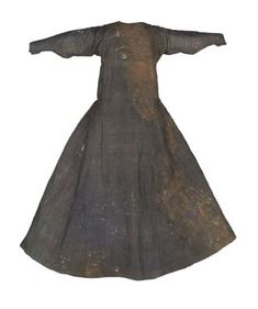 Tunic of Dona Teresa Gil, from 1307 is located in Museo del Traje, Madrid