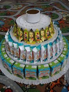 Мастер-класс Свит-дизайн День рождения Моделирование конструирование Торт из сладостей в детский сад Бумага гофрированная Картон гофрированный Клей Скотч фото 17