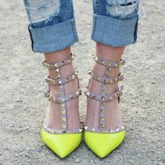 Yellow outifit  escarpins rockstuds Valentino Collier, Chaussure, Valentino  Rockstud, Absolument Fabuleux, c886d2fef84
